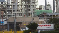 A view of the Exxonmobil Baton Rouge Chemical Plant in Baton Rouge, Louisiana, November 6, 2015.  A near century-old statute that gives New York state prosecutors unusually broad authority to prosecute securities fraud could prove a powerful weapon as Attorney General Eric Schneiderman probes Exxon Mobil Corp over whether the oil firm misled the public and shareholders about the perils of climate change. REUTERS/Lee Celano - RTS5VTW