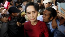 Myanmar's National League for Democracy (NLD) party leader Aung San Suu Kyi arrives to cast her ballot during the general election in Yangon November 8, 2015. Voting began on Sunday in Myanmar's first free nationwide election in 25 years, the Southeast Asian nation's biggest stride yet in a journey to democracy from dictatorship.  REUTERS/Jorge Silva      TPX IMAGES OF THE DAY      - RTS5Z1H