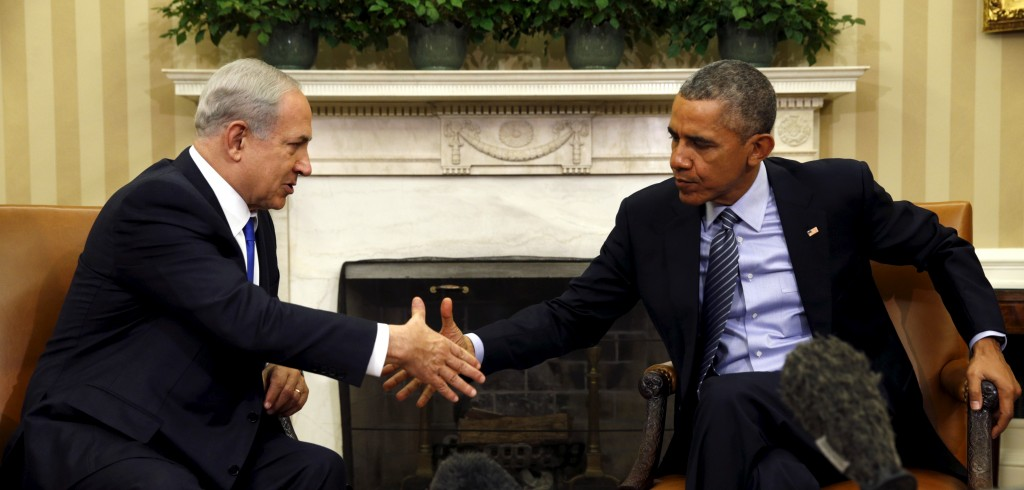 U.S. President Barack Obama and Israeli Prime Minister Benjamin Netanyahu shake hands during their meeting in the Oval Office of the White House in  Washington November 9, 2015.  The two leaders meet here today for the first time since the Israeli leader lost his battle against the Iran nuclear deal, with Washington seeking his re-commitment to a two-state solution with the Palestinians. REUTERS/Kevin Lamarque  - RTS669M