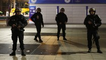 Police stand outside the Stade de France where explosions were reported to have detonated outside the stadium during the France vs German friendly soccer match near Paris, November 13, 2015.      REUTERS/Benoit Tessier - RTS6WCH