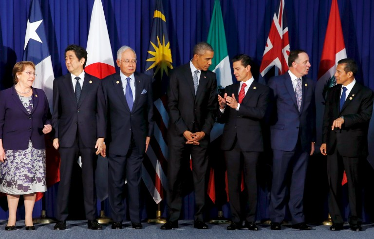 Chile's President Michelle Bachelet (L-R), Japan's Prime Minister Shinzo Abe, Malaysia's Prime MInister Najib Razak, U.S. President Barack Obama, Mexico's President Enrique Pena Nieto, New Zealand's Prime Minister John Key and Peru's President Ollanta Humala chat as they join fellow Trans-Pacific Partnership leaders for a family photo before their meeting alongside the APEC Summit in Manila, Philippines, November 18, 2015. REUTERS/Jonathan Ernst      TPX IMAGES OF THE DAY      - RTS7O81