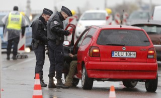 French police conduct a control at the French-German border in Strasbourg, France, to check vehicles and verify the identity of travellers November 20, 2015 as security increases after last Friday's deadly attacks in Paris. REUTERS/Vincent Kessler  ATTENTION EDITORS FRENCH LAW REQUIRE THAT VEHICLE REGISTRATION PLAQUES ARE MASKED IN PUBLICATIONS WITHIN FRANCE - RTS835C