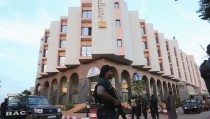 A Malian police officer stands guard in front of the Radisson hotel in Bamako, Mali, November 20, 2015. REUTERS/Joe Penney            TPX IMAGES OF THE DAY      - RTS862X