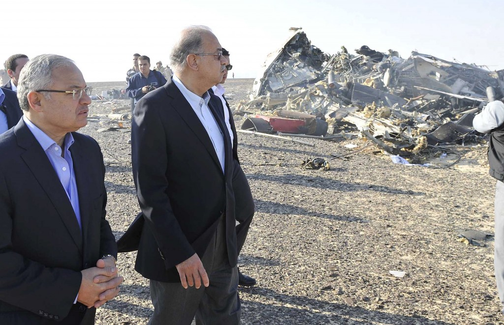 Egypt's Prime Minister Sherif Ismail (2nd L) and Tourism Minister Hisham Zaazou look at the remains of a Russian airliner which crashed in central Sinai near El Arish city, north Egypt, October 31, 2015. Photo by Reuters.