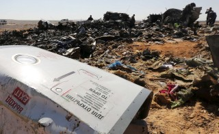 The remains of a Russian airliner are inspected by military investigators at the crashsite at the al-Hasanah area in El Arish city, north Egypt, November 1, 2015. Russia has grounded Airbus A321 jets flown by the Kogalymavia airline, Interfax news agency reported on Sunday, after one of its fleet crashed in Egypt's Sinai Peninsula, killing all 224 people on board. REUTERS/Mohamed Abd El Ghany - RTX1U8XA