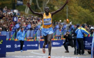 Stanley Biwott of Kenya crosses the finish line to win the men's division of the 2015 New York City Marathon in New York's Central Park, November 1, 2015. REUTERS/Mike Segar      TPX IMAGES OF THE DAY      - RTX1U9RP
