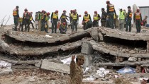 Rescue workers search for survivors after a factory collapsed near the eastern city of Lahore, Pakistan November 5, 2015. Survivors trapped in the rubble of a collapsed Pakistani factory pleaded for help on their mobile phones on Thursday even as rescuers said they feared the death toll of 18 could rise in the latest tragedy to spotlight poor safety standards in south Asia.  REUTERS/Mohsin Raza - RTX1UUKE