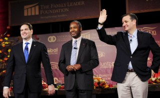 Republican U.S. presidential candidates Marco Rubio (L), Ben Carson, and Ted Cruz greet the crowd at the Presidential Family Forum in Des Moines, Iowa November 20, 2015. REUTERS/Mark Kauzlarich - RTX1V439