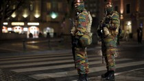 Belgian soldiers patrol in central Brussels as police searched the area during a continued high level of security following the recent deadly Paris attacks, Belgium, November 23, 2015. REUTERS/Benoit Tessier - RTX1VHVB