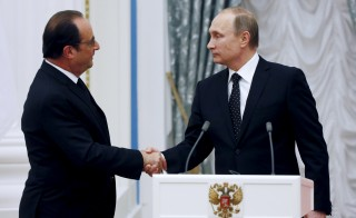 Russia's President Vladimir Putin (R) shakes hands with his French counterpart Francois Hollande during a news conference at the Kremlin in Moscow, Russia, November 26, 2015. France and Russia agreed on Thursday to exchange intelligence on Islamic State and other militant groups in Syria to help improve the effectiveness of their aerial bombing campaigns in the country, French President Francois Hollande said. REUTERS/Sergei Chirikov/Pool - RTX1W0MO