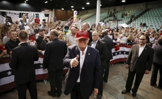 U.S. Republican presidential candidate Donald Trump gives the thumbs up while working the rope line following his rally in Sarasota, Florida November 28, 2015.  REUTERS/Scott Audette  - RTX1W9TA
