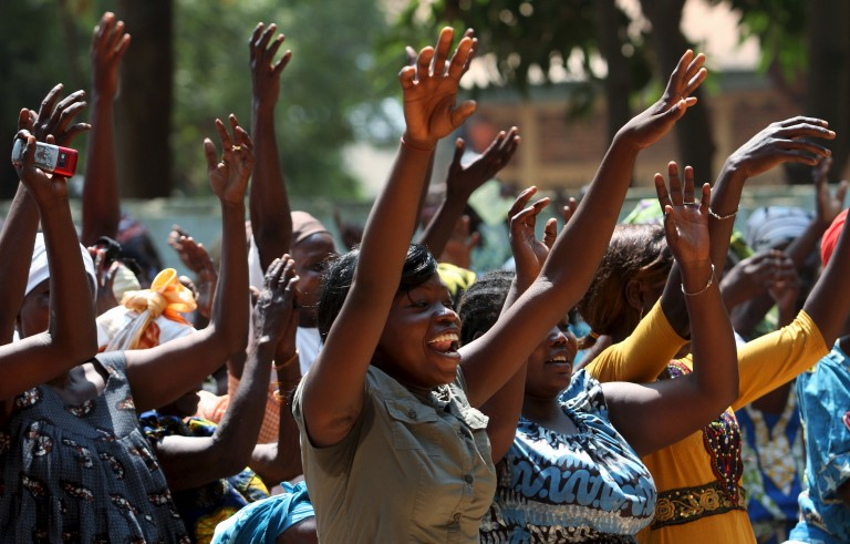Internally displaced women greet Pope Francis on the grounds of the Saint Sauveur church, during his visit in the capital Bangui, Central African Republic, November 29, 2015. REUTERS/Anthony Fouchard FOR EDITORIAL USE ONLY. NO RESALES. NO ARCHIVE. - RTX1WCE0