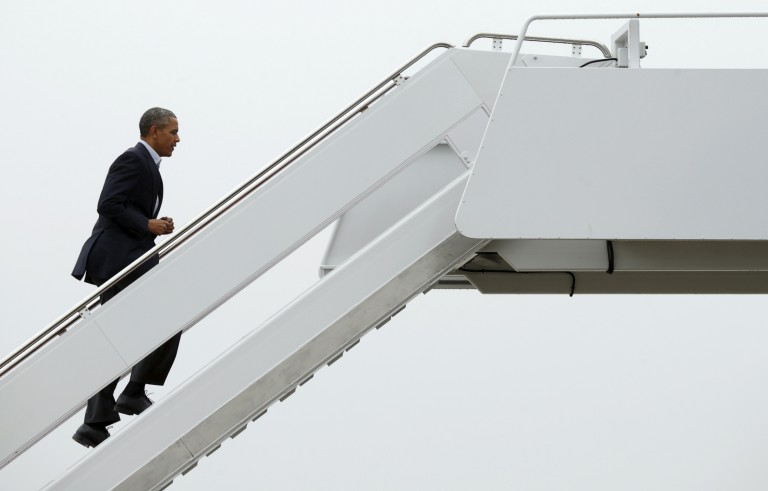 U.S. President Barack Obama boards Air Force One as he departs Joint Base Andrews in Washington November 29, 2015. Obama will be among the leaders attending the start of the Paris Climate Change Conference (COP21).REUTERS/Kevin Lamarque  - RTX1WDAV