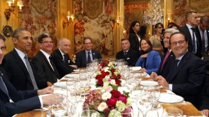 U.S. President Barack Obama (L) sits with French President Francois Hollande (R) during a dinner with U.S. Secretary of State John Kerry (2ndR), French Minister for Ecology, Sustainable Development and Energy Segolene Royal (3rdR)  and French Foreign Minister, Laurent Fabius (2ndL) at the Ambroisie restaurant in Paris, France, November 30, 2015. Obama is in France for a two-day visit as part of the World Climate Change Conference 2015 (COP21).   REUTERS/Thibault Camus/Pool  - RTX1WKF3