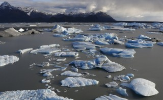 Icebergs are seen floating in Harlequin Lake near Yakutat, in southeastern Alaska October 7, 2014.   REUTERS/Bob Strong (UNITED STATES  - Tags: ENVIRONMENT TRAVEL)   - RTR4B1IZ