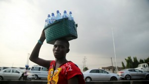 A man sells water along a road in Lagos, Nigeria, November 20, 2015.  REUTERS/Akintunde Akinleye - RTS86RC