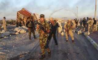 Iraqi security forces gather to advance towards the centre of Ramadi city, December 25, 2015. Iraqi troops who have fought their way deep into the Islamic State stronghold of Ramadi were consolidating their positions on Friday ahead of a planned final assault to capture the city. Picture taken December 25, 2015.  REUTERS/Stringer     FOR EDITORIAL USE ONLY. NO RESALES. NO ARCHIVE. - RTX202L8