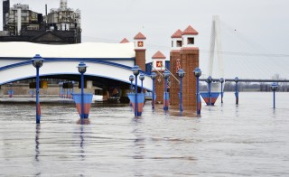 The Mississippi River is pictured flooding parts of downtown St. Louis, Missouri December 31, 2015.  Missouri and Illinois were bracing for more flooding on Thursday as rain-swollen rivers, some at record heights, overflowed their banks, washing out hundreds of structures and leaving thousands of people displaced from their homes.  REUTERS/Kate Munsch - RTX20O4W