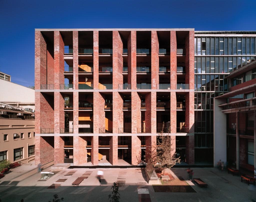 Medical School at the Universidad Católica de Chile (2004) in Santiago, Chile. Photo by Roland Halbe