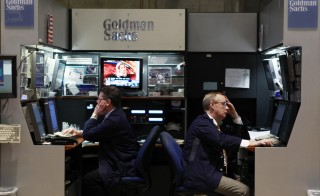 Traders work in the Goldman Sachs booth on the floor of the New York Stock Exchange in New York May 10, 2010.  REUTERS/Lucas Jackson (UNITED STATES - Tags: BUSINESS) - RTR2DPPT