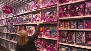 A customer looks in the doll section for a gift in the Village of Paris JoueClub toy shop during the holiday season in Paris November 30, 2011.  REUTERS/Charles Platiau   (FRANCE - Tags: BUSINESS) - RTR2UYSL
