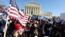 Immigrants and community leaders rally in front of the U.S. Supreme Court to mark the one-year anniversary of President Barack Obama's executive orders on immigration in Washington, November 20, 2015. The Obama administration on Friday asked the U.S. Supreme Court to revive President Barack Obama's executive action to protect millions of illegal immigrants from deportation, saying Republican-led states had no legal basis to challenge it. REUTERS/Kevin Lamarque - RTS85Q6