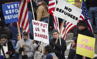 People gather to protest against the United States' acceptance of Syrian refugees at the Washington State capitol in Olympia, Washington, November 20, 2015. REUTERS/David Ryder - RTS86MA