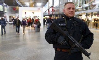 A German police secures the main train station in Munich, Germany, January 1, 2016.  REUTERS/Michaela Rehle - RTX20PL3