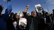 Supporters of Shi'ite cleric Moqtada al-Sadr protest against the execution of Shi'ite Muslim cleric Nimr al-Nimr in Saudi Arabia, during a demonstration in Baghdad January 4, 2016. REUTERS/Thaier Al-Sudani - RTX20ZVM