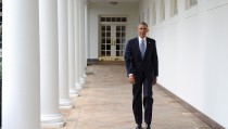 U.S. President Barack Obama walks down the colonnade from the Oval Office at The White House in Washington, January 12, 2016. REUTERS/Mary F. Calvert - RTX222SJ