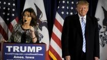 U.S. Republican presidential candidate Donald Trump (R) as Former Alaska Gov. Sarah Palin endorses him at a rally at Iowa State University in Ames, Iowa January 19, 2016. REUTERS/Mark Kauzlarich - RTX2351E