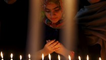 A girl prays for the victims of a militant attack on the Bacha Khan University, during a candle light vigil in Peshawar, Pakistan January 20, 2016. REUTERS/Khuram Parvez      TPX IMAGES OF THE DAY - RTX2395R