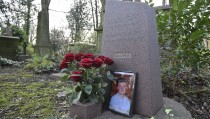 The grave of murdered ex-KGB agent Alexander Litvinenko is seen at Highgate Cemetery in London, Britain, January 21, 2016. President Vladimir Putin probably approved a Russian intelligence operation to Alexander Litvinenko, a judge led-British inquiry into the 2006 killing in London concluded. There was personal antagonism between the men and Putin and members of his administration had motives for killing him, the inquiry said. The Kremlin has always denied any involvement. REUTERS/Toby Melville - RTX23F1F