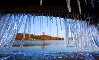 Icicles are seen under a bridge handrail on the West Lake in Hangzhou, Zhejiang province, January 25, 2016. REUTERS/Stringer ATTENTION EDITORS - THIS PICTURE WAS PROVIDED BY A THIRD PARTY. THIS PICTURE IS DISTRIBUTED EXACTLY AS RECEIVED BY REUTERS, AS A SERVICE TO CLIENTS. CHINA OUT. NO COMMERCIAL OR EDITORIAL SALES IN CHINA. - RTX23VA3