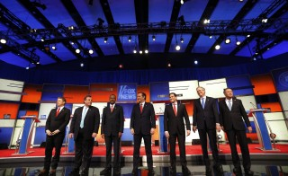 Republican U.S. presidential candidates (L-R) U.S. Senator Rand Paul, Governor Chris Christie, Dr. Ben Carson, Senator Ted Cruz, Senator Marco Rubio, former Governor Jeb Bush and Governor John Kasich pose together onstage at the start of the debate held by Fox News for the top 2016 U.S. Republican presidential candidates in Des Moines, Iowa January 28, 2016. REUTERS/Jim Young - RTX24HL4