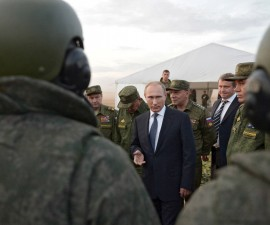 Russian President Vladimir Putin (C) talks to servicemen during a training exercise at the Donguz testing range in Orenburg region, Russia, September 19, 2015.  REUTERS/Alexei Nikolsky/RIA Novosti/Pool ATTENTION EDITORS - THIS IMAGE HAS BEEN SUPPLIED BY A THIRD PARTY. IT IS DISTRIBUTED, EXACTLY AS RECEIVED BY REUTERS, AS A SERVICE TO CLIENTS. - RTS1W2Q
