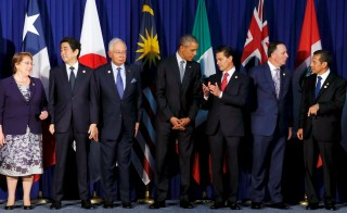 Chile's President Michelle Bachelet (L-R), Japan's Prime Minister Shinzo Abe, Malaysia's Prime MInister Najib Razak, U.S. President Barack Obama, Mexico's President Enrique Pena Nieto, New Zealand's Prime Minister John Key and Peru's President Ollanta Humala chat as they join fellow Trans-Pacific Partnership leaders for a family photo before their meeting alongside the APEC Summit in Manila, Philippines, November 18, 2015. REUTERS/Jonathan Ernst      TPX IMAGES OF THE DAY      - RTS7O81 Related words: TPP, Trans-Pacific Partnership, trade deal, Asia, President Obama