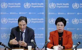 Professor David L. Heymann (L), Chair of the Emergency Committee, and World Health Organization (WHO) Director-General Margaret Chan hold a news conference after the first meeting of the International Health Regulations (IHR) Emergency Committee concerning the Zika virus and observed increase in neurological disorders and neonatal malformations in Geneva, Switzerland, February 1, 2016. REUTERS/Pierre Albouy - RTX24YVP