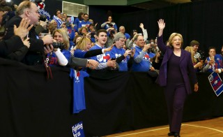 U.S. Democratic presidential candidate Hillary Clinton waves as she arrives to lead a campaign rally at Nashua Community College, in Nashua, New Hampshire February 2, 2016.  REUTERS/Adrees Latif    - RTX255BJ