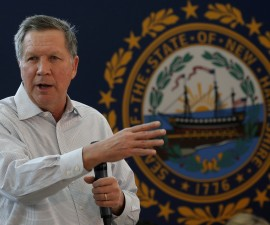 U.S. Republican presidential candidate John Kasich speaks to voters during a campaign town hall in Nashua, New Hampshire, February 7, 2016. REUTERS/Mike Segar - RTX25VIB