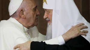 Pope Francis (L) embraces Russian Orthodox Patriarch Kirill after signing a joint declaration on religious unity at the Jose Marti International airport in Havana, Cuba, Friday, February 12, 2016.  REUTERS/Gregorio Borgia/Pool - RTX26PUO
