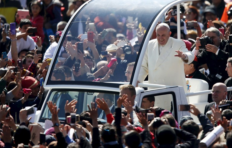 Pope Francis waves to the crowd from the popemobile in Zocalo Square in Mexico City, February 13, 2016.  REUTERS/Edgard Garrido  - RTX26SK1