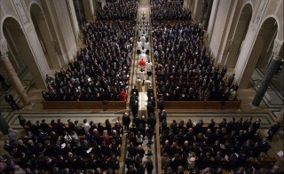 Pallbearers carry the casket down the aisle at the start of the funeral Mass for Associate Justice Antonin Scalia at the Basilica of the National Shrine of the Immaculate Conception in Washington, February 20, 2016.  REUTERS/Doug Mills/Pool via Reuters - RTX27TOH