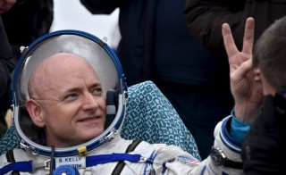 U.S. astronaut Scott Kelly gestures shortly after landing near the town of Dzhezkazgan (Zhezkazgan), Kazakhstan, March 2, 2016. Photo by Kirill Kudryavtsev/REUTERS