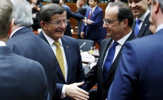 Turkish Prime Minister Ahmet Davutoglu and France's President Francois Hollande (R) attend a European Union leaders summit on migration in Brussels, Belgium, March 18, 2016. REUTERS/Francois Lenoir      TPX IMAGES OF THE DAY      - RTSB3BG