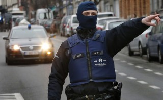 Police at the scene of a security operation in the Brussels suburb of Molenbeek in Brussels, Belgium, March 18, 2016.    REUTERS/Francois Lenoir  TPX IMAGES OF THE DAY - RTSB3TV