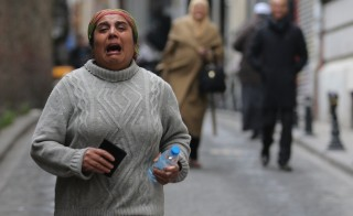 A woman reacts following a suicide bombing in a major shopping and tourist district in central Istanbul March 19, 2016. REUTERS/Kemal Aslan  - RTSB6PN