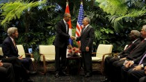 U.S. President Barack Obama and Cuba's President Raul Castro shake hands during  a meeting with both countries' delegations on the second day of Obama's visit to Cuba, in Havana March 21, 2016. REUTERS/Carlos Barria - RTSBING