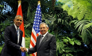 U.S. President Barack Obama and Cuba's President Raul Castro shake hands during a meeting on the second day of Obama's visit to Cuba, in Havana March 21, 2016. REUTERS/Carlos Barria - RTSBIS4