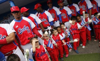The Cuban National team and mascots line up before playing an exhibition game against the MLB Tampa Bay Rays, in the presence of U.S. President Barack Obama and Cuban President Raul Castro, at Estadio Latinoamericano in Havana March 22, 2016. REUTERS/Jonathan Ernst - RTSBQYM